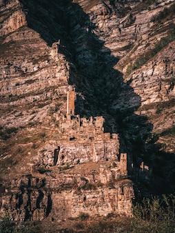 幽霊はダゲスタン共和国、ロシアのオールドカヒブの高山の村を放棄しました。垂直方向のビュー。