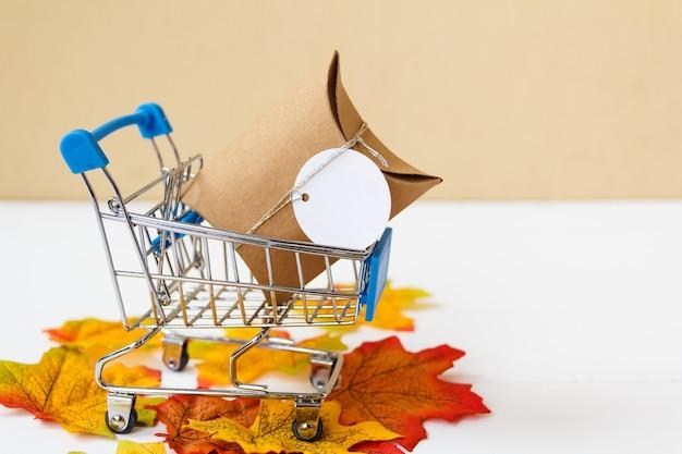 ショッピングカートのギフトボックスとテキスト用の空きスペース。