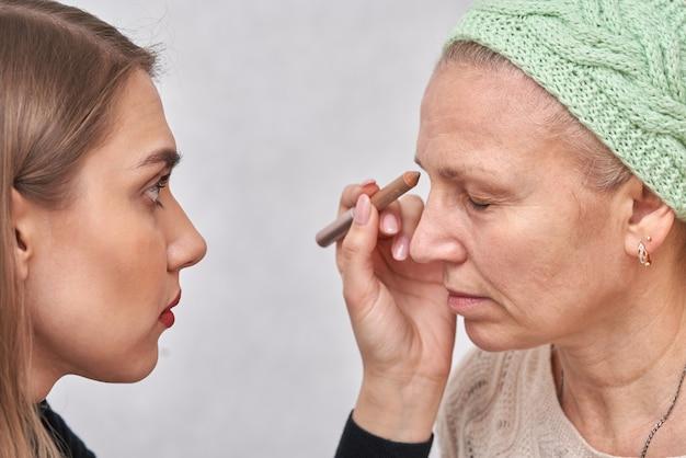 Девушка наносит макияж своему другу