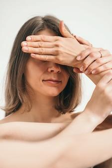 소녀는 손으로 눈을 감고 인간의 손에 여성 우울증과 시력 상실...