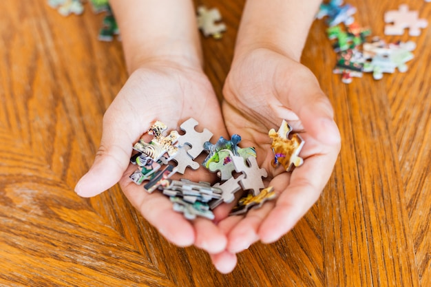 소녀는 그림, 퍼즐, 마음 발달, 기술, 이해, 연주, 시간 보내기, 부모와의 의사 소통, 엄마를 만들기 위해 조각을 수집합니다.