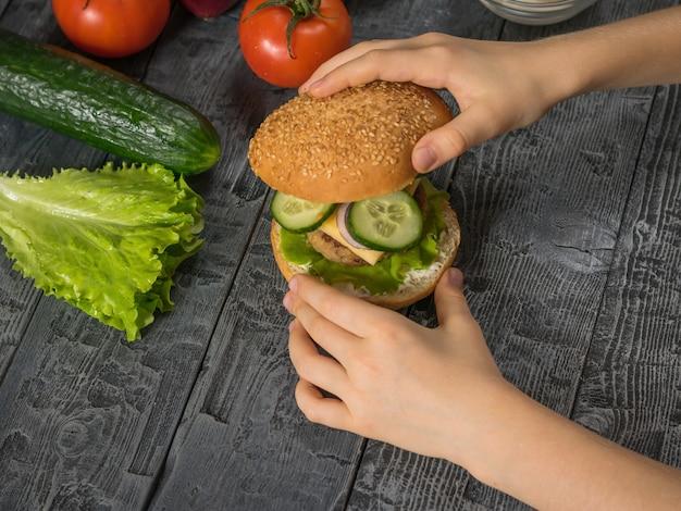 소녀는 점심 식사를 위해 햄버거를 요리하게됩니다.