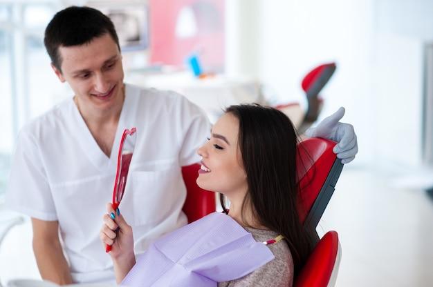 女の子は歯科医の素晴らしい仕事を楽しんでいます。