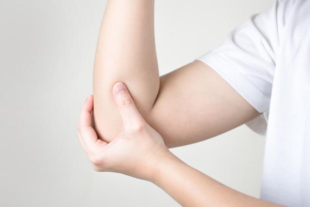소녀는 팔꿈치에 상처를 느낀다.