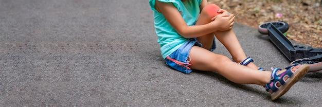 少女は公園でスクーターに乗っているときに転倒し、膝の電動スクーターに重傷を負った