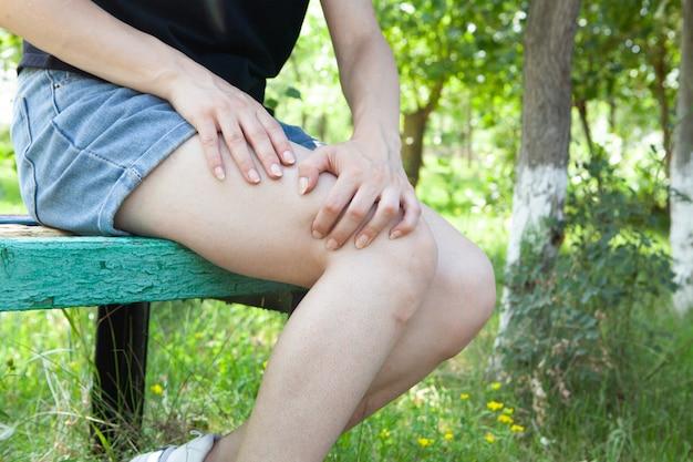 소녀는 공원에서 다리가 아프다