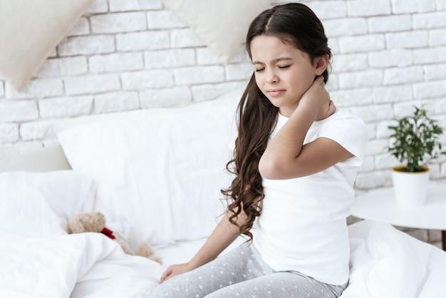 У девочки болит шея в домашних условиях.