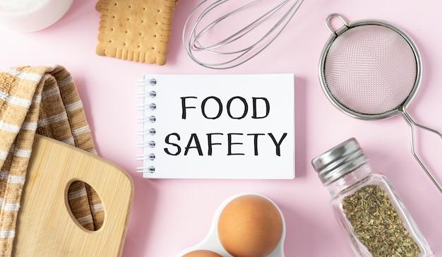 소녀는 food safety라는 텍스트가있는 카드를 들고 있습니다.