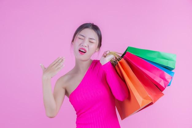 Девушка держит модную сумку и красавицу