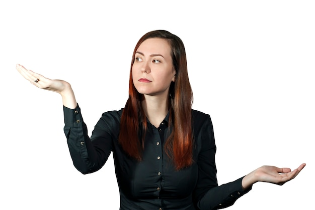 소녀는 손바닥을 비늘 그릇처럼 잡고 한 손을 신중하게 바라본다