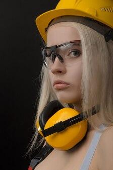 Девушка в строительной фирме работает с рулеткой