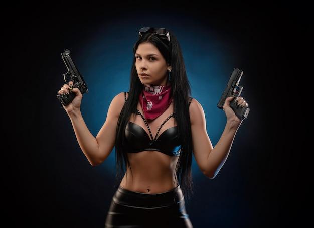 Девушка в кожаной куртке с ружьем