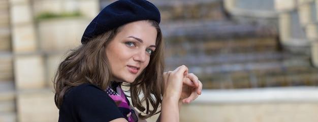 公園のベレー帽とスカートの女の子、フランス風のかわいい女の子の肖像画