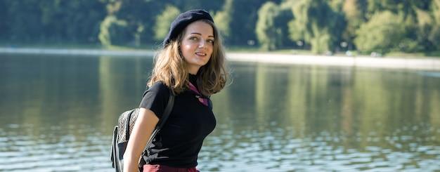 公園のベレー帽とスカートの女の子
