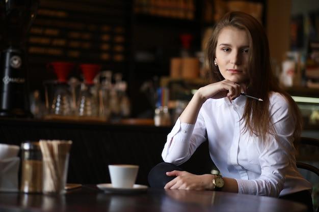Девушка в кафе завтракает в париже