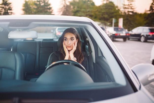 차에 탄 소녀는 교통 체증에 처해 있습니다.