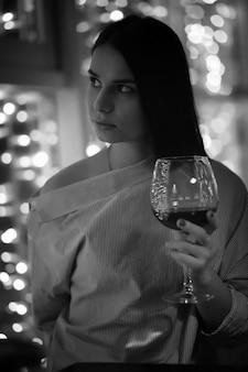 칵테일을 위해 카페에서 저녁 휴식을 취하는 소녀