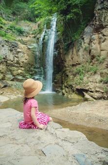 帽子をかぶった少女は、ジョージアトビリシの観光スポットを見ています。