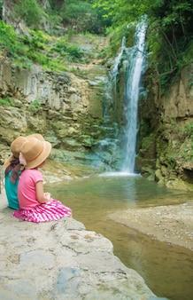 帽子をかぶった少女は、グルジアトビリシの観光スポットを見ています。