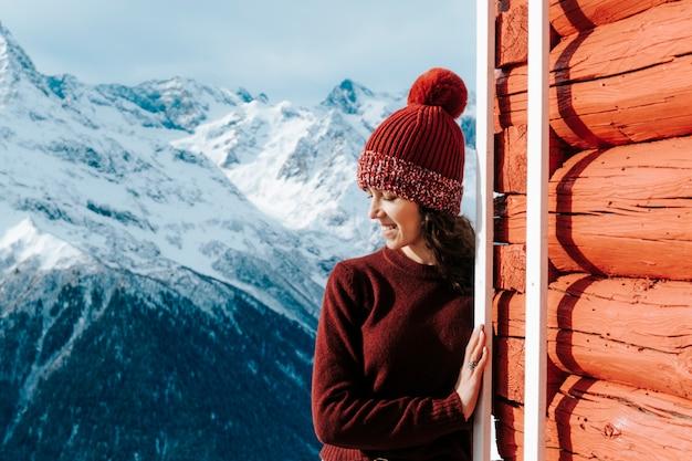 눈 덮인 산의 소녀는 화창한 날씨에 쉬고 있습니다. 겨울에는 산에서 햇볕에 탔습니다.