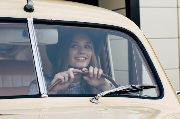 소녀는 차를 운전하고 있다