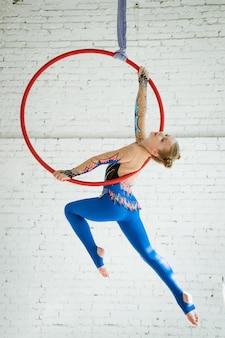 Девушка занимается воздушной гимнастикой в кружке