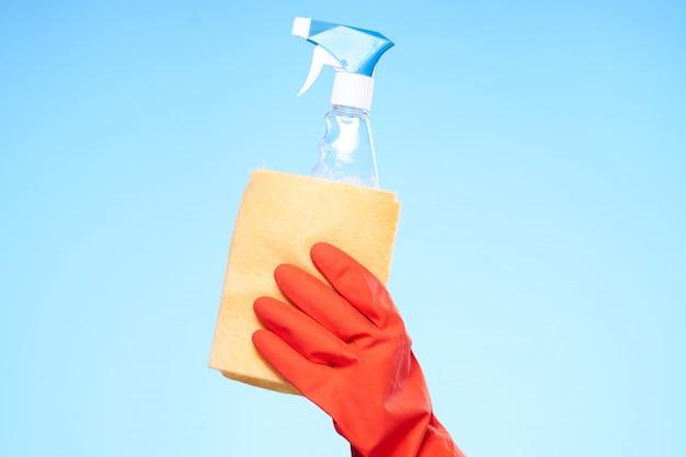 Девушка занимается уборкой и дезинфекцией в резиновых перчатках