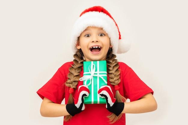 Девушка рада новогоднему подарку.