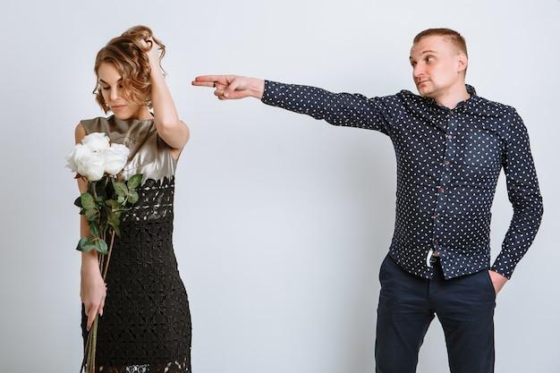 소녀는 선물 된 꽃에 만족하고 청년은 마치 머리에 총을 쏘는 것처럼 제스처를 취합니다.