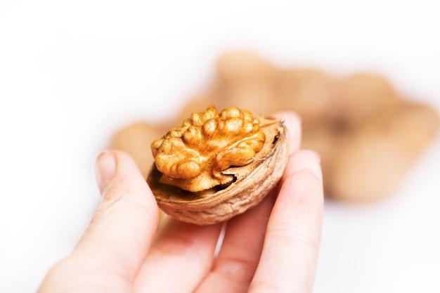 Девушка держит свежие полезные грецкие орехи