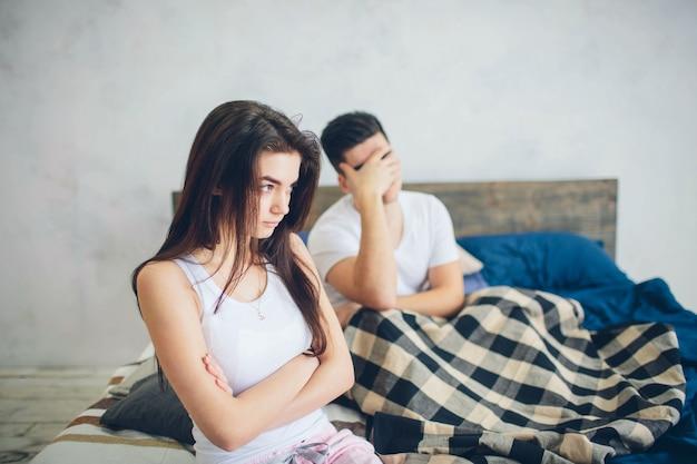 女の子は男に腹を立てています。家族quar