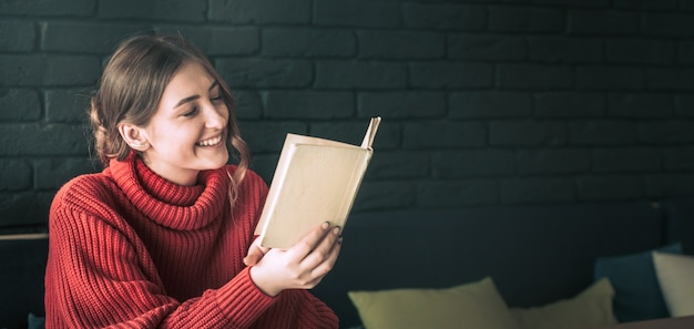 女の子はカフェで本を読んでいます