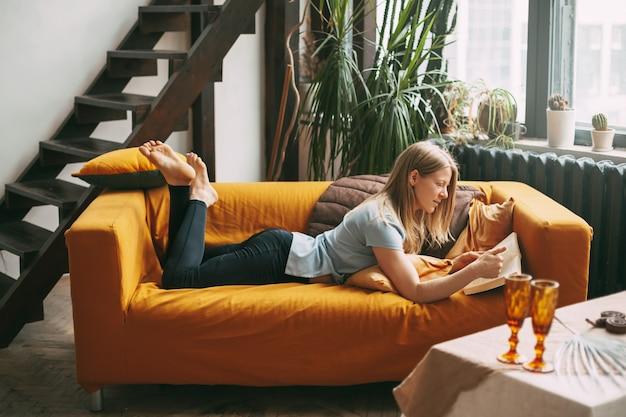女の子は休んでいて、読書に彼女の自由な時間を捧げます