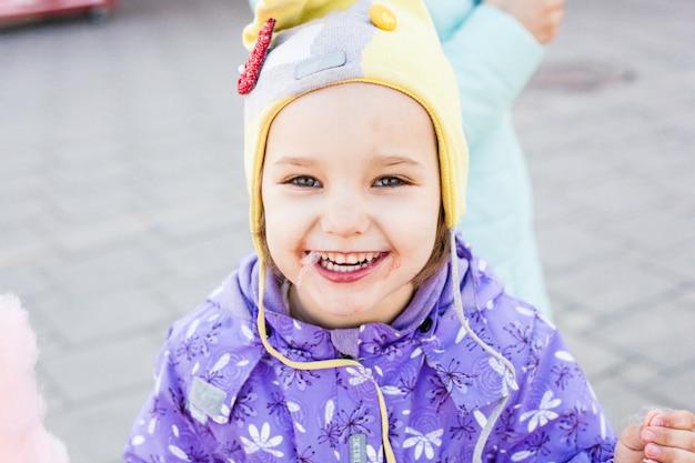 女の子は甘いです、綿菓子、喜び、家族と一緒に散歩します