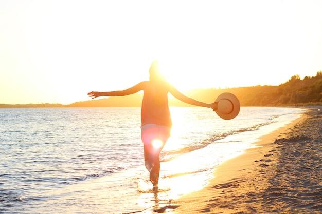 Девушка гуляет по пляжу. фото высокого качества