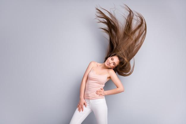 소녀는 건강한 머리카락을 흔들며