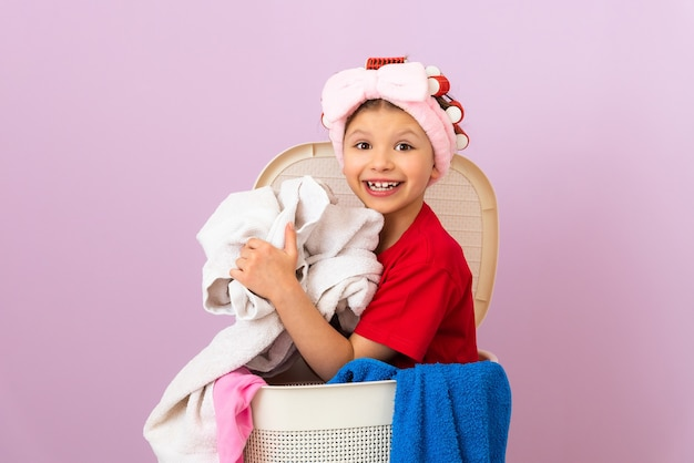Девушка любит убирать в доме. уборка дома. услуги прачечной сушки белья.