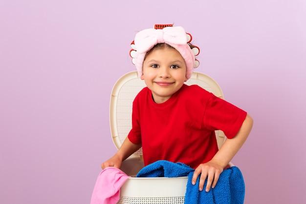 소녀는 집 청소를 좋아합니다. 집 청소하기. 세탁 서비스 마른 옷.