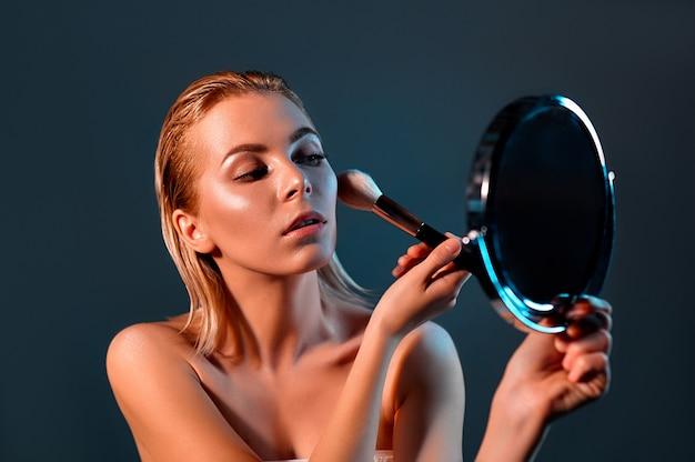 소녀는 거울을 본다.