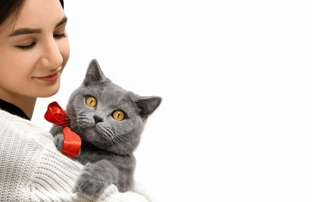 Девушка смотрит через плечо на кота
