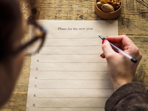 Девушка строит планы на новый год.