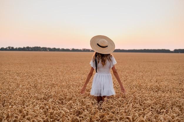 소녀는 밀밭에서 새벽을 만나 작은 이삭을 만지고 들판을 걷는다