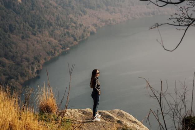 호수와 산의 배경에 소녀