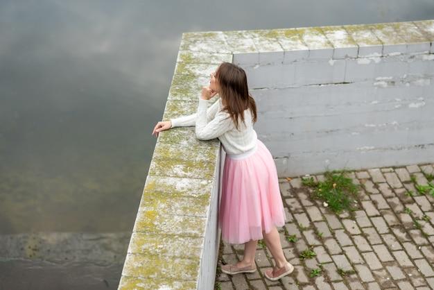 ビーチの汚れた川の女の子。高品質の写真