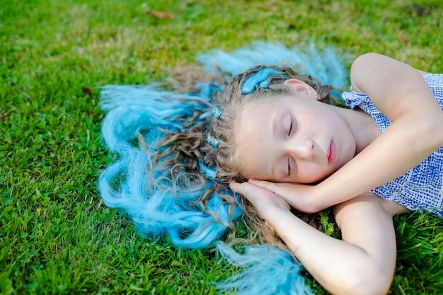 Девушка на лужайке. отдых на природе. спать на лугу, мечтать. гладить траву