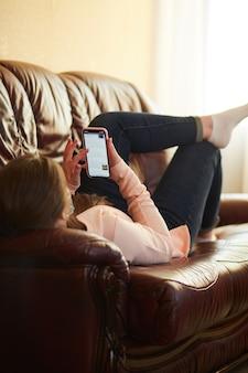 Девушка по телефону ищет нужную информацию
