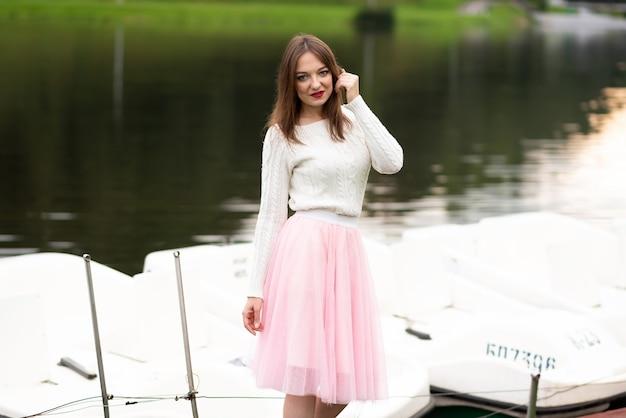 カタマランを持った桟橋の女の子。高品質の写真