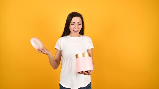 Девушка открывает подарочную коробку