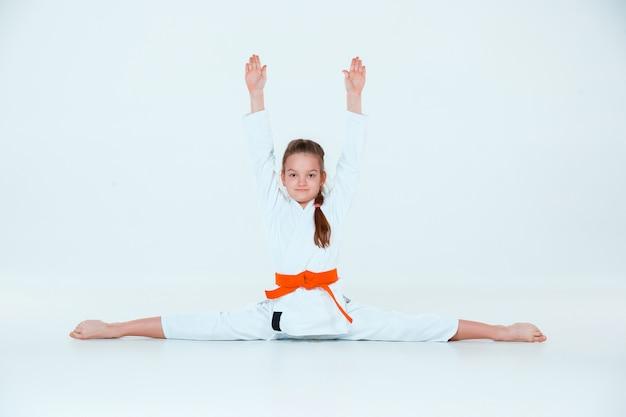 武道学校の合気道訓練でポーズをとる女の子。健康的なライフスタイルとスポーツコンセプト