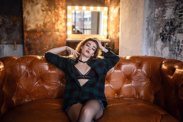 Девушка позирует на фото студии гранж, в нижнем белье, милая и сексуальная женщина